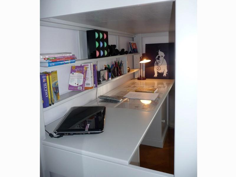 Grand bureau fixé aux longerons sur toute la longueur du lit (profondeur 59 cm)